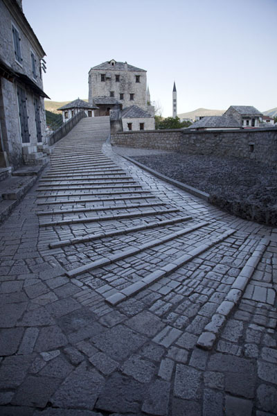 Photo de Early morning on the empty Old Bridge of MostarMostar Old Bridge - la Bosnie-Herzégovine