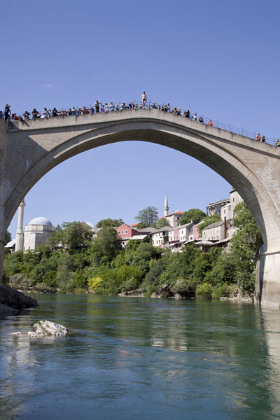 Foto van The Old Bridge full of people waiting for a bridge diver to jumpMostar oude brug - Bosnië en Herzegovina