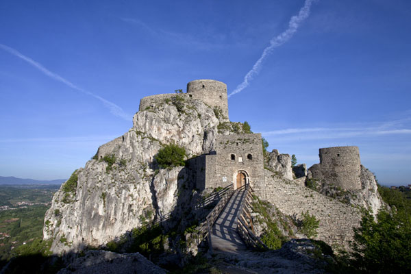Srebrenik castle basking in the morning light | Castillo Srebrenik | Bosnia y Herzegovina