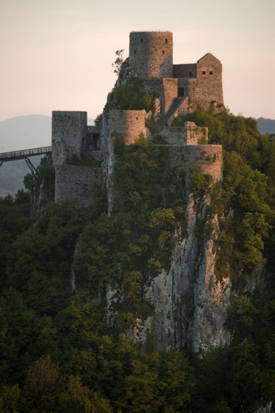 Evening light on the castle of Srebrenik | Chateau Srebrenik | la Bosnie-Herzégovine