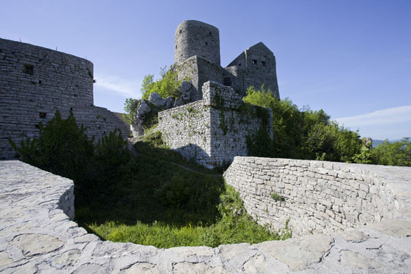 View of the castle of Srebrenik from inside | Chateau Srebrenik | la Bosnie-Herzégovine