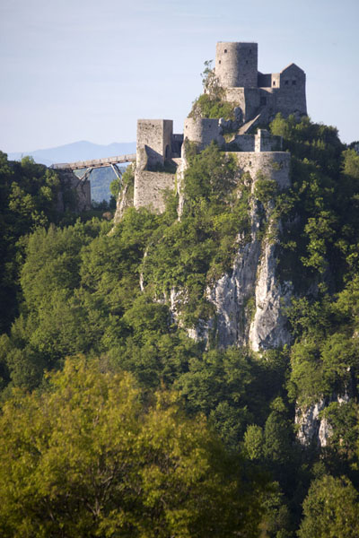 View of the castle from a distance | Chateau Srebrenik | la Bosnie-Herzégovine