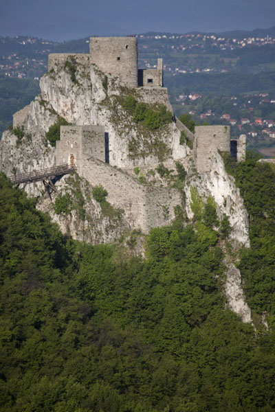 The castle of Srebrenik is built right on the steep cliffs | Chateau Srebrenik | la Bosnie-Herzégovine