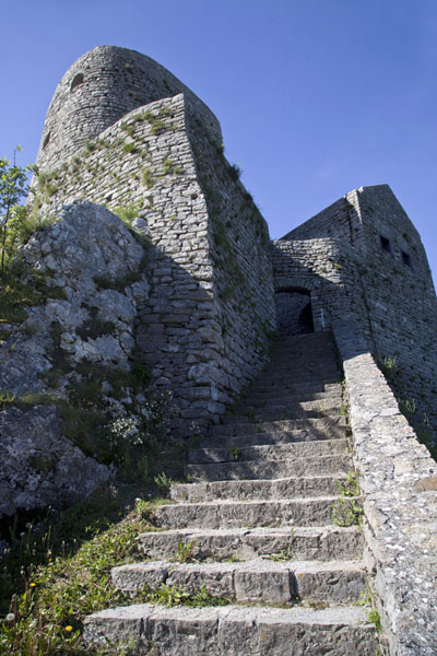 Foto van Steep stone stairs lead to the higher part of Srebrenik castle - Bosnië en Herzegovina - Europa