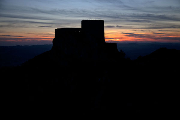 Foto van Silhouet of Srebrenik castle at sunset - Bosnië en Herzegovina - Europa