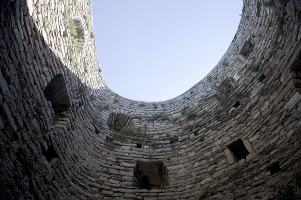 Looking up a circular room inside the castle | Castillo Srebrenik | Bosnia y Herzegovina