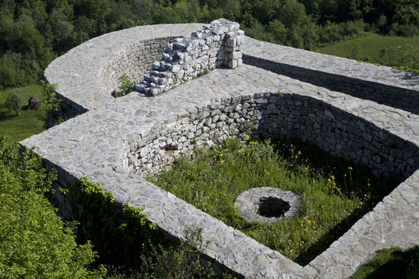 Walls of former rooms can easily be spotted in Srebrenik castle | Castillo Srebrenik | Bosnia y Herzegovina