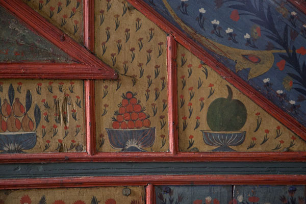 Foto van Fruit and floral patterns painted on a wooden panel on the multi-coloured mosque - Bosnië en Herzegovina - Europa