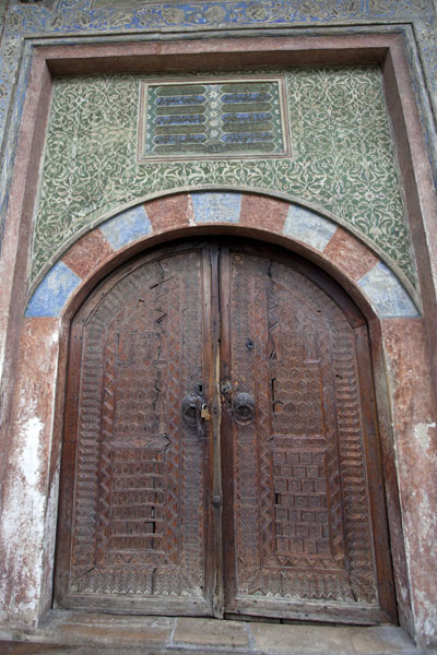 Photo de The main door of the multi-coloured mosqueTravnik - la Bosnie-Herzégovine
