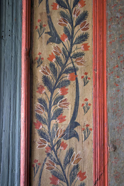 Close-up of floral patterns painted on wood inside the multi-coloured mosque | Multi-coloured-mosque | la Bosnie-Herzégovine