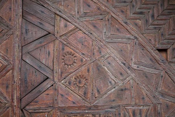 Close-up of the wooden panels of the front door of the mosque | Multi-coloured-mosque | la Bosnie-Herzégovine
