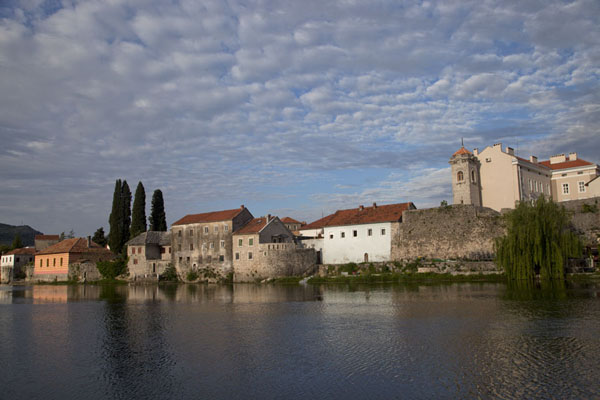 View of the houses bordering the river Trebišnjica | Trebinje | 波斯尼亚和合资沟尼亚