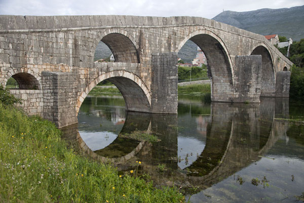 Photo de The famous double-arched bridge built in Ottoman times - la Bosnie-Herzégovine - Europe