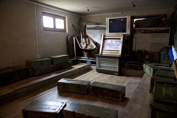 The video room inside the museum where you sit on metal coffers | Tunnel of Life | la Bosnie-Herzégovine