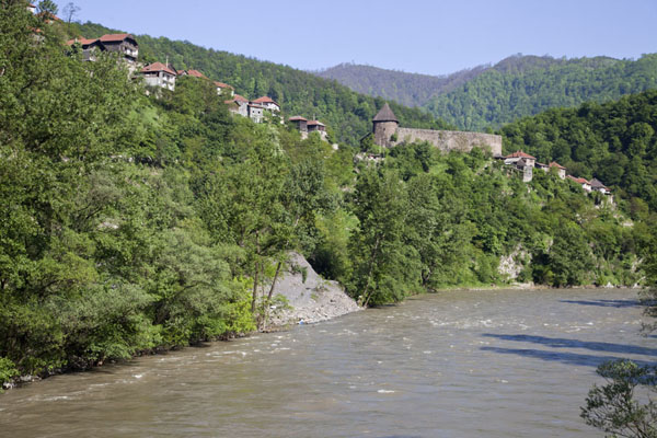 Foto van Bosnië en Herzegovina (The village of Vranduk towering above the river Bosna)