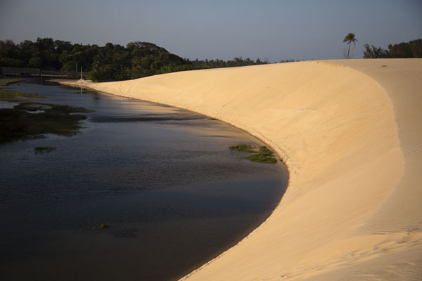 Foto van Cauhipe river runs through sandy landscapeCumbuco - Brazilië