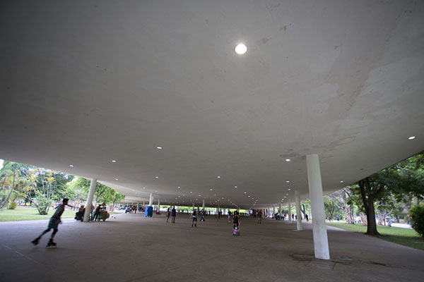 Photo de The veranda, a covered walkway linking various buildings in Ibirapuera ParkSão Paulo - le Brésil