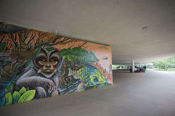 Graffiti and covered walkway in Ibirapuera Park | Parc Ibirapuera | le Brésil