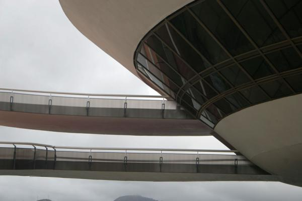 Picture of MAC, designed by Oscar Niemeyer: stairs leading into the museum