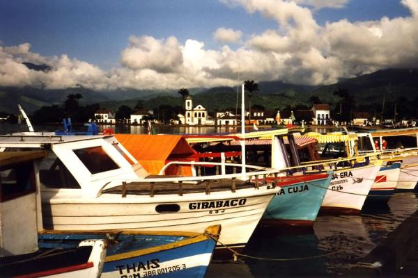 Boats waiting in the picturesque harbour. | Paraty | Brazilië