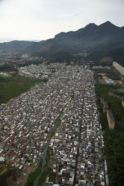 Photo de Big favela near Barra da Tijuca - le Brésil - Amérique