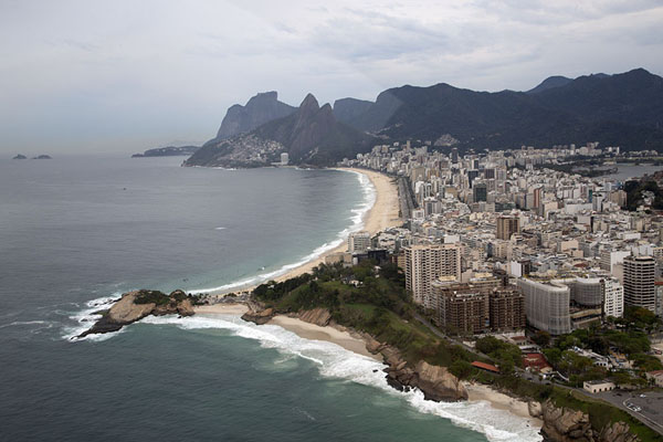 Pedra do Arpoador in the foreground, Ipanema and Leblon stretching out towards the east | Rio vanuit de lucht | Brazilië
