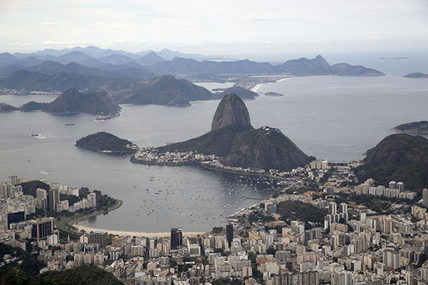 Typical view of Botafogo dominated by Sugarloaf mountain | Rio depuis le ciel | le Brésil