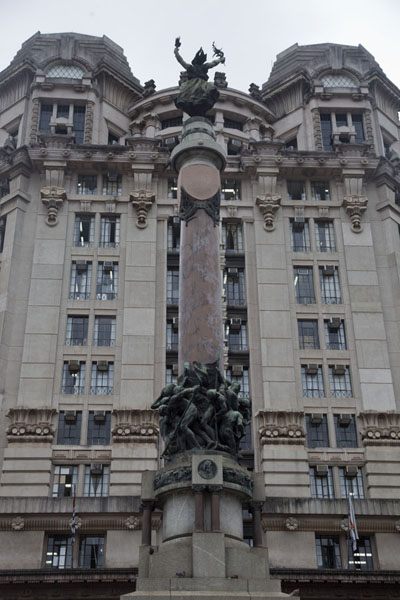 Foto di Monument to the founders of São Paulo with Tribunal de Justicia building on the Rua Boa VistaSan Paolo - Brasile