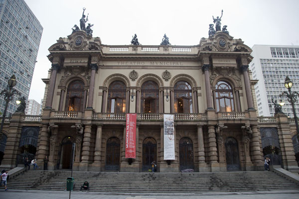 Foto di Frontal view of the Theatro Municipal, one of the landmarks of historic São Paulo - Brasile - America