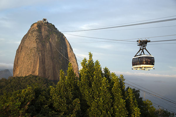 Photo de Cable car traveling between Sugarloaf and Urca mountains - le Brésil - Amérique
