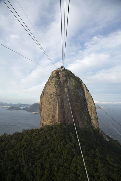 Photo de Sugarloaf mountain attached to Urca by cablesRio de Janeiro - le Brésil