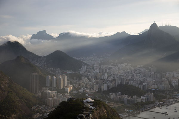 Botafogo, Corcovado and other mountains seen from the top of Sugarloaf mountain | Pan di zucchero | Brasile