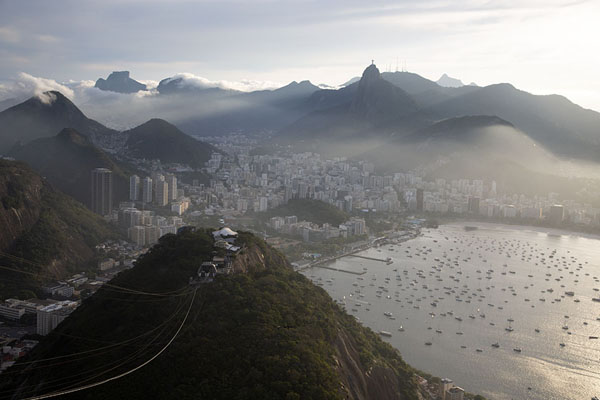 View from the top of Sugarloaf mountain with Botafogo and the mountains of Rio | Suikerberg | Brazilië