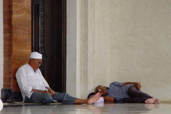 Foto van Sleeping on mosque floor - Brunei - Azië