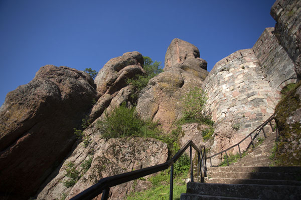 Looking up the stairs, walls and rock formations of Belogradchik fortress | Belogradchik fortress | 保加利亚