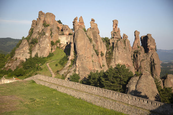 Photo de View over the fortress grounds and rock formationsBélogradtchik - Bulgarie