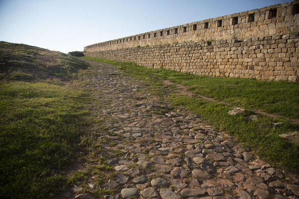 Photo de Inside view of the defensive wall of the fortress of BelogradchikBélogradtchik - Bulgarie