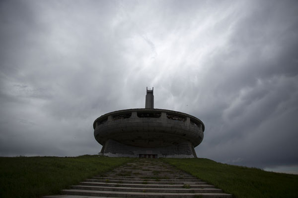 Grey sky with dark clouds looming over UFO shaped Buzludzha monument - 保加利亚 - 欧洲