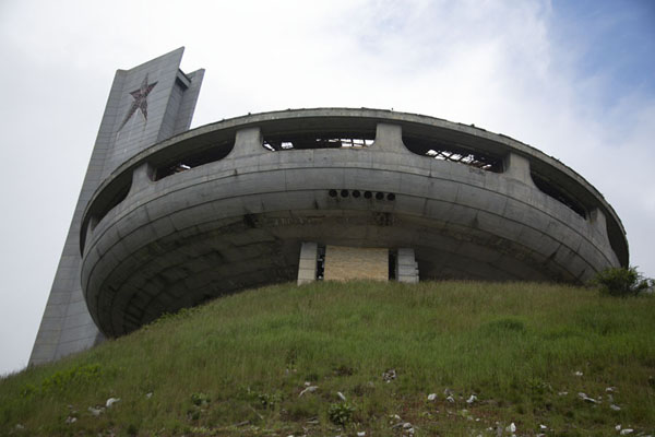 Looking up Buzludzha monument and adjacent tower from below | Monument Bouzloudja | Bulgarie