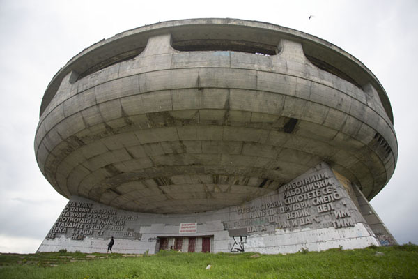 Foto di Looking up UFO shaped Buzludzha monumentBuzludza - Bulgaria