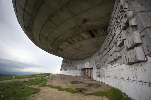 The base of the monument is full of carved slogans | Buzludzha monument | Bulgarije