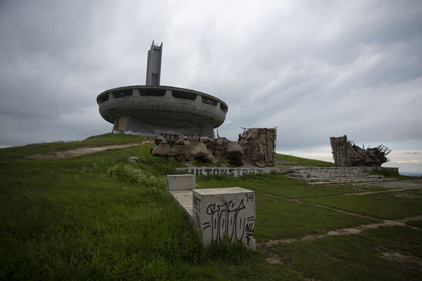 View of the monument with ruined structure in the foreground | Buzludzha monument | Bulgarije