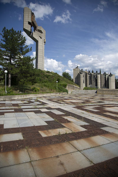 The square at which the monument stands has an intricate pattern | Verdedigers van Stara Zagora monument | Bulgarije