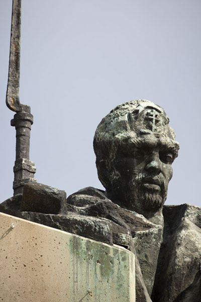 Close-up of a face of a Bulgarian volunteer fighter in the monument | Verdedigers van Stara Zagora monument | Bulgarije