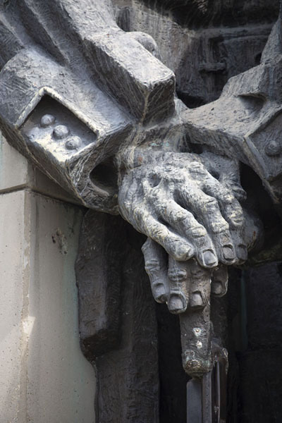 Close-up of the hands of one of the soldiers of the monument | Verdedigers van Stara Zagora monument | Bulgarije
