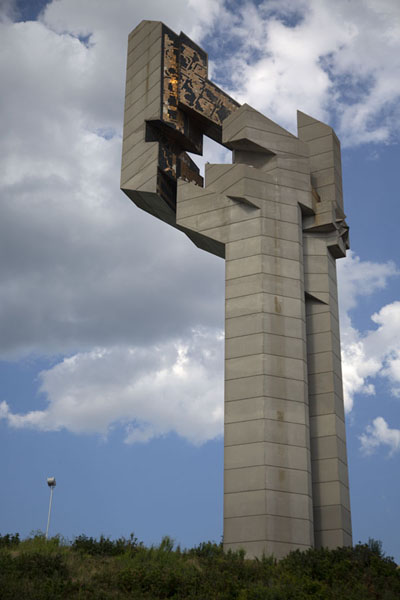 Foto van The tower with mosaics on top stands next to the sculptures of the soldiersStara Zagora - Bulgarije