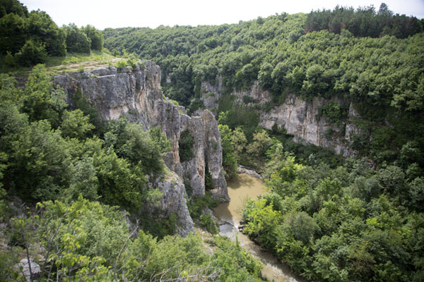 Photo de View over Emen canyon with Negovanka river belowEmen Canyon - Bulgarie
