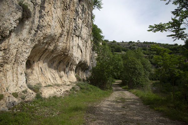 Foto de Start of the trail in Emen canyon, near the village of the same name - Bulgaria - Europa