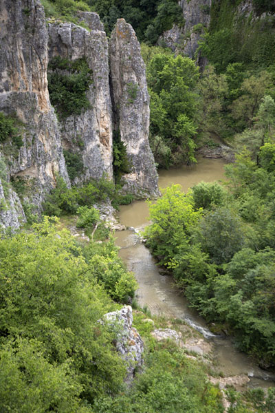 Foto de Negovanka river meandering through Emen canyon - Bulgaria - Europa