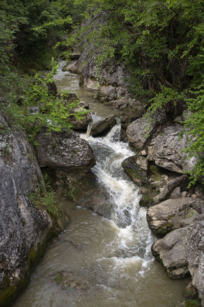 Water rushing through a narrow opening between rocks in Emen Canyon, just upstream from the waterfall - 保加利亚 - 欧洲